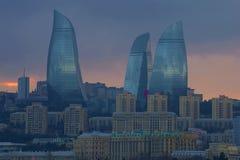 发火焰在巴库的塔在晚上微明下 秃头 阿塞拜疆 免版税库存图片