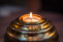 发火焰在黑暗的金黄球蜡烛 库存图片