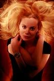 发火焰油漆,有火热的头发的,对肩膀的手,看看妇女 库存照片