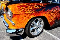 发火焰的旧车改装的高速马力汽车 库存图片