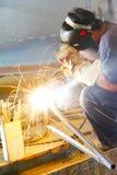 发火花被焊接的钢管 免版税库存图片