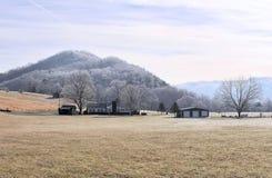 发烟性冷山麓小丘早晨的山 免版税库存图片
