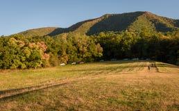 发烟性在秋季期间的山国家公园的全景图片 免版税库存照片
