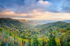 发烟性山在秋天 库存照片