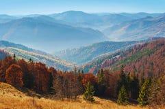 发烟性山脉的壮观的看法 免版税库存图片