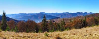 发烟性山脉的小山全景  免版税库存照片
