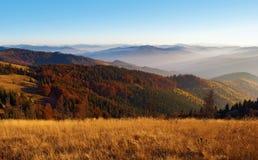 发烟性山脉,桔子a的小山看法在红色报道的 图库摄影