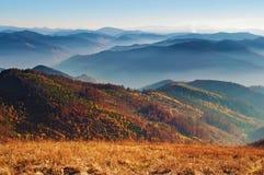 发烟性山脉,桔子a的小山看法在红色报道的 免版税库存图片