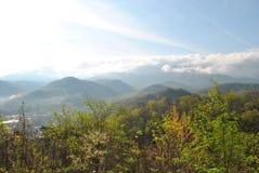 发烟性山(在云彩) 库存图片