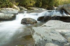 发烟性极大的山国家公园急流的河 免版税图库摄影