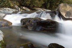 发烟性极大的山国家公园急流的河 图库摄影