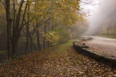 发烟性秋天有雾的极大的山的路 库存图片