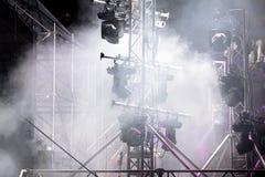 发烟性阶段阐明与聚光灯系统在音乐会期间 图库摄影