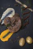 发牢骚内圆角用蘑菇,各式各样的蕃茄和蔬菜泥在板岩板材3top视图 图库摄影