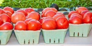 发牢骚利益蕃茄和菜豆被显示在一个热带农夫市场上 库存图片