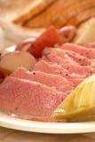 发牢骚圆白菜盐腌的正餐 库存图片