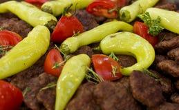 发牢骚在与菜和甜椒的格栅烘烤的炸肉排 库存图片