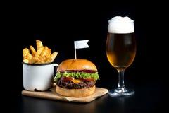 发牢骚汉堡沙拉小圆面包旗子炸薯条啤酒杯 库存图片