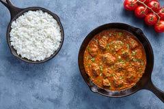 发牢骚马都拉斯咖喱慢厨师印地安辣辣椒黄油羊羔食物用米 免版税库存照片