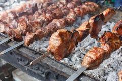 发牢骚kebab 在格栅, bbq的新鲜的肉 库存图片