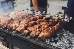 发牢骚kebab 在格栅, bbq,特写镜头的新鲜的烤肉 库存照片