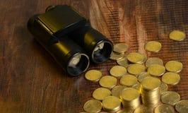 发现与双筒望远镜的金钱-提高投资概念 免版税库存图片