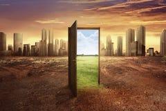 发现了与绿色环境的新的世界从开放木门 免版税图库摄影