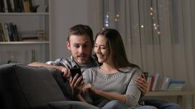 发现令人惊讶的电话内容的激动的夫妇 股票视频