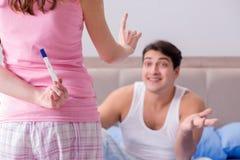 发现关于妊娠试验的愉快的夫妇发生 免版税库存图片