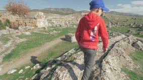 发现古城和走在废墟中的孩子 Pamukkale,土耳其 影视素材