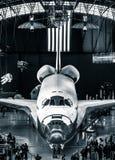 发现号太空梭在史密松宁空气和太空博物馆Udvar朦胧的中心 图库摄影
