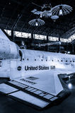发现号太空梭在史密松宁空气和太空博物馆Udvar朦胧的中心 免版税图库摄影