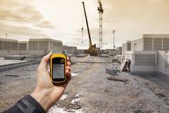发现在一个建造场所里面的正确的位置通过gps 免版税图库摄影