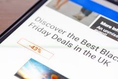 发现在英国正文消息的最佳的黑星期五成交在智能手机屏幕特写镜头 免版税库存图片