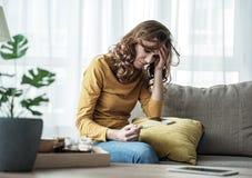 发现她怀孕的状态的紧张的少妇 免版税库存照片