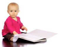 发现婴孩的书享用女孩婴儿 免版税库存图片