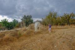 发现整体常设石头的人 免版税库存照片