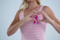 发现有希望文本的更多按钮在有天空云彩背景检查在增殖比的乳腺癌妇女 图库摄影