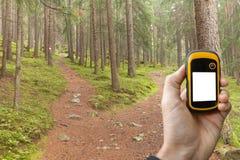 发现正确的位置在森林通过gps 免版税库存照片
