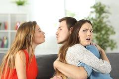 发现的女朋友她的男朋友欺诈 免版税库存图片