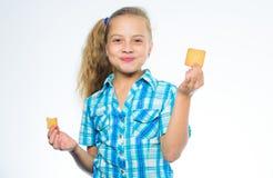 发现维生素和矿物您的身体需要 孩子女孩吃曲奇饼 健康和节食的概念 好营养是 库存照片