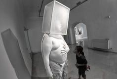 发现美术画廊片断的孩子 库存图片