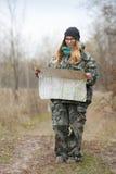 发现自然的伪装成套装备的年轻美丽的妇女在有指南针和地图的森林里 旅行生活方式概念 免版税图库摄影
