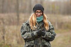 发现自然的伪装成套装备的年轻美丽的妇女在有指南针的森林里 旅行生活方式概念 免版税库存图片