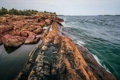 发球区域港口岩石岸  免版税库存图片