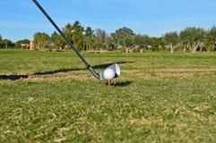 发球区域的铁高尔夫俱乐部 库存图片