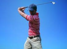 发球区域的高尔夫球运动员男 库存图片