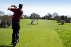 发球区域的高尔夫球运动员 库存图片
