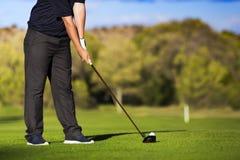 发球区域的高尔夫球运动员 免版税库存照片