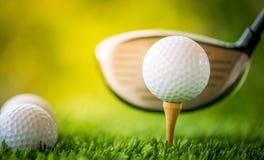 发球区域的高尔夫球 免版税库存照片